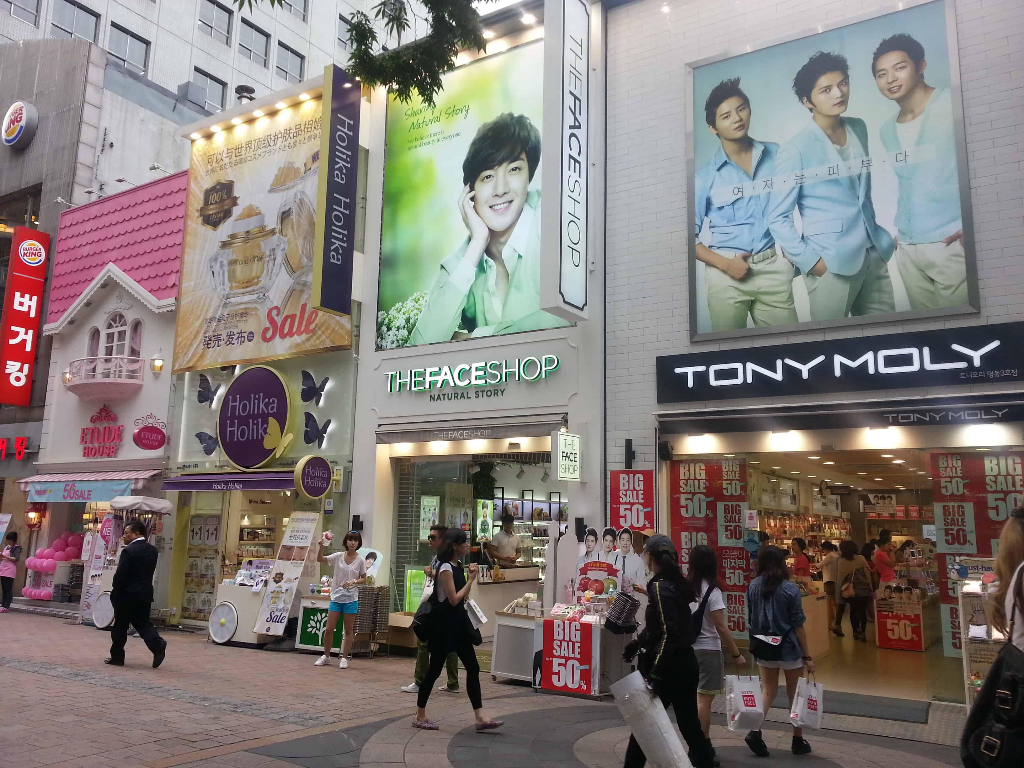 Myeongdong-là-điểm-du-lịch-Seoul-miễn-phí