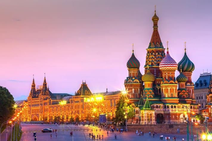 kinh-nghiệm-du-lịch-nga-Điện-Kremlin-trang-nghiêm-và-Quảng-trường-Đỏ-một-trong-những-quảng-trường-lớn-nhất-thế-giới