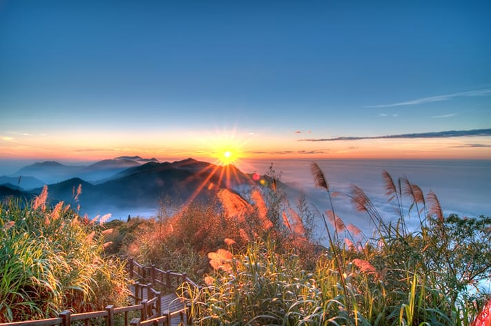 kinh-nghiem-di-dai-loan-Sunset-over-Alishan-Range-at-Xiding-Alishan-National-Park-Taiwan-711