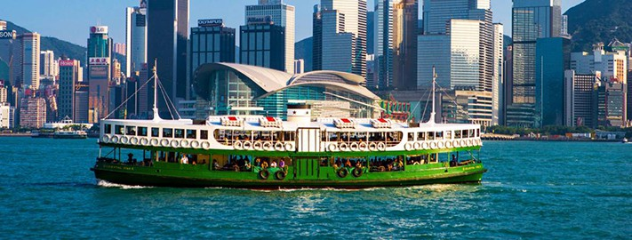 xin-visa-hongkong-The Star Ferry crosses the Victoria Harbor in Hong Kong