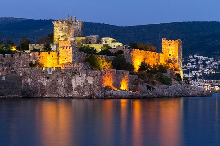 địa-điểm-du-lịch-thổ-nhĩ-kỳ-Das Bodrum Kalesi oder St. Peter Kastell in abendlicher Beleuchtung ist das Wahrzeichen und eine der Hauptsehenswürdigkeiten der türkischen Küstenstadt Bodrum