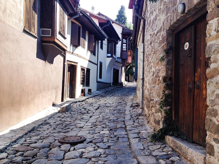 du-lịch-bulgaria-cobbled-streets-old-town-plovdiv-711