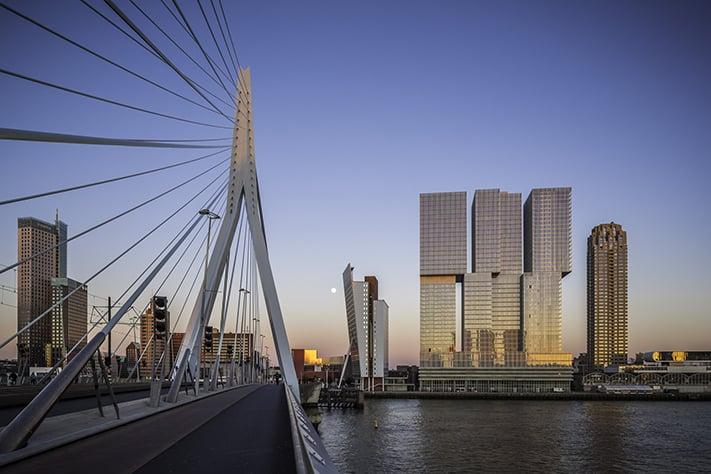 kinh-nghiệm-du-lịch-hà-lan-Rotterdam Skyline from Erasmus Bridge
